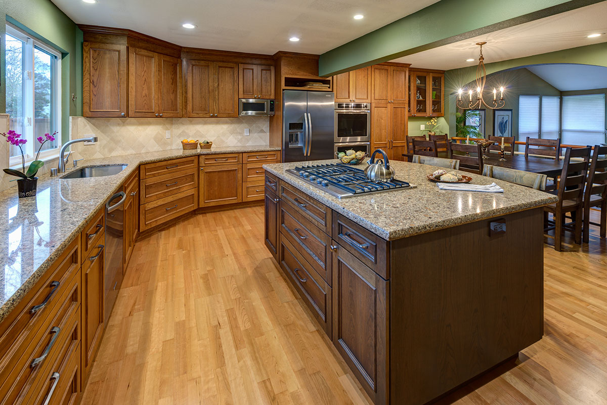 <strong>Traditional Kitchen</strong> / Finish: Finish On Perimeter: Butternut Stain on Cherry, Finish on island: Praline Stain on Cherry / Door: Finish On Perimeter: Butternut Stain on Cherry, Finish on island: Praline Stain on Cherry